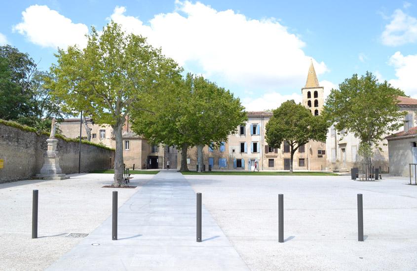 Création d'un parvis et d'un jardin public sur site archéologique. Dessin du mobilier. L'abbaye de Saint-Papoul est classée au titre des monuments historiques.