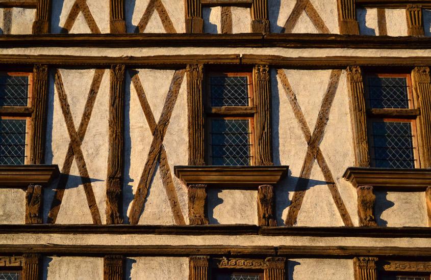Maison du XVI° siècle classée au titre des monuments historiques, la maison de Montmorency témoigne d'une architecture à pans de bois dont il ne reste que de rares exemples à Carcassonne. Restitution des menuiseries d'origine et de l'escalier à vis, réalisation des aménagements intérieurs.