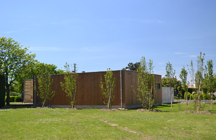 Réalisation d'une construction à ossature bois préfabriquée en atelier. Bâtiment répondant à la RT 2012. Création de filtre solaire en ganivelles de châtaignier.