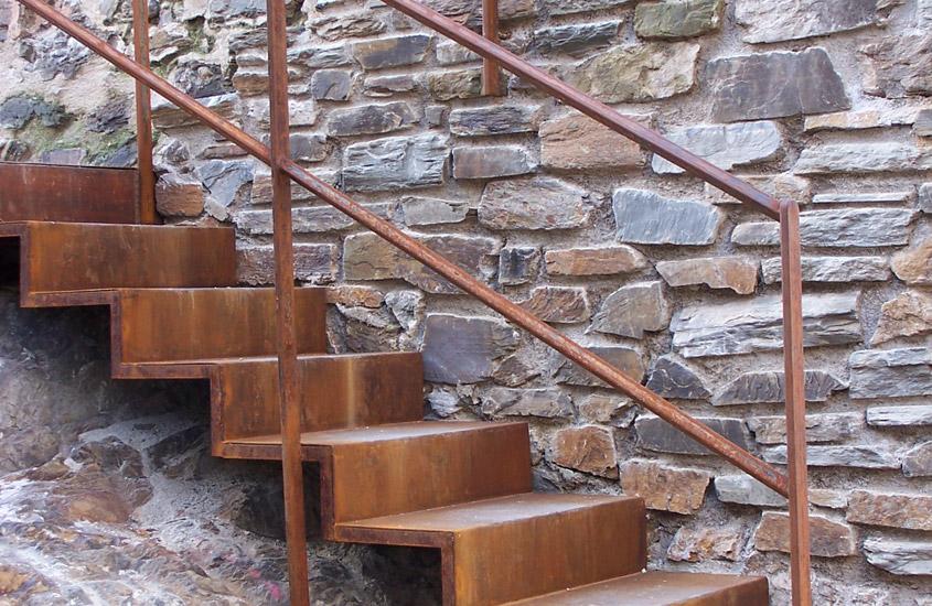 Réalisation d'ouvrages en serrurerie pour l'accompagnement du cheminement visiteur. Le château Royal de Collioure est classé au titre des monuments historiques.