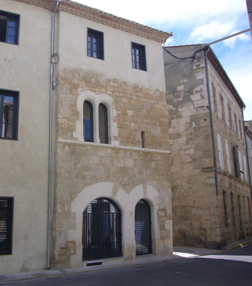 L'immeuble de logement situé au coeur du secteur sauvegardé de Narbonne propose la création de trois logements subventionnés. Maintien et restauration des éléments architecturaux remarquables avec restitution d'une baie géminée et d'arcatures médiévales