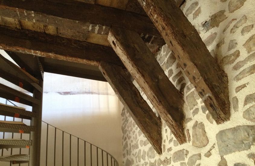 Aménagement de deux commerces dans une maison à pan de bois. Restitution d'un pan de bois apparent formant un léger encorbellement et restructuration du rez-de-chaussée pour création de commerces.