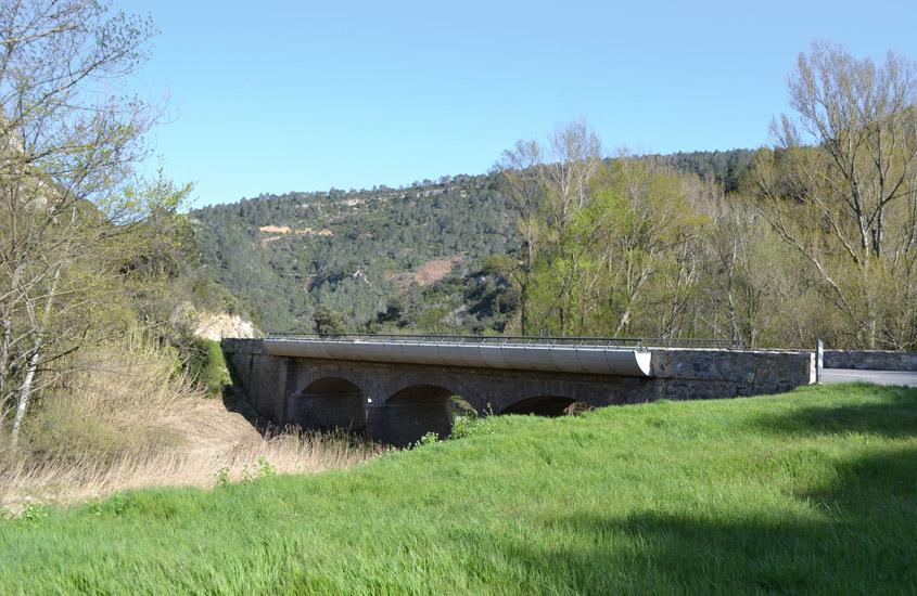 Modification des plateformes de ponts pour élargissement de la route entre Carcassonne et Lagrasse, dans le site naturel classé des gorges de l'Alzou, réalisation d'ouvrages en béton coffré préfabriqués avec maintien du tablier en pierre de taille.