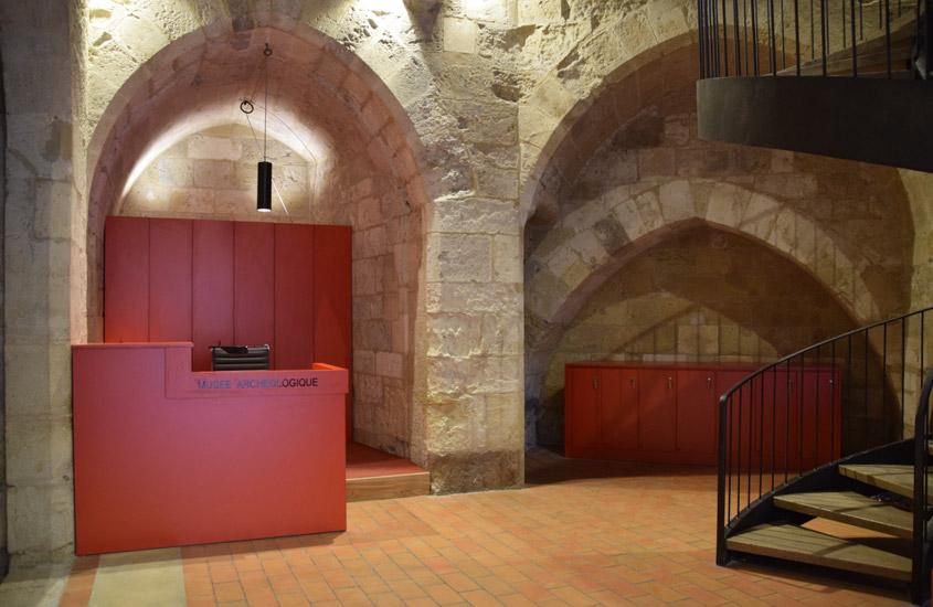 Aménagement de l'accueil du musée archéologique du palais des Archevêques. L'édifice est classé au titre des monuments historiques.