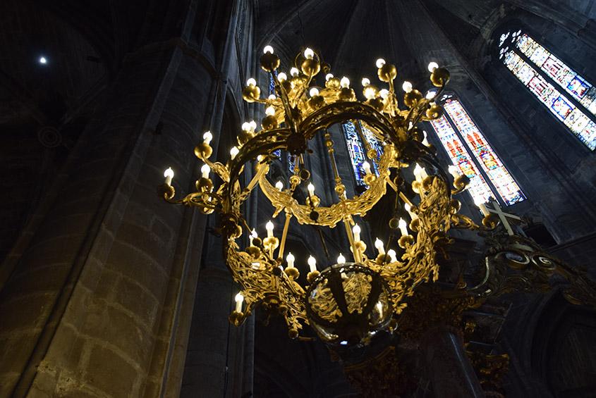 La commune de Narbonne a souhaité engager des travaux dans l'ancienne Cathédrale Saint-Just et Saint-Pasteur, édifiée à partir de 1272, et propriété de la ville. Les travaux ont porté sur la mise aux normes générales de l'électricité, et une mise en valeur lumineuse des intérieurs qui ont permis la restauration et la création de lustre.