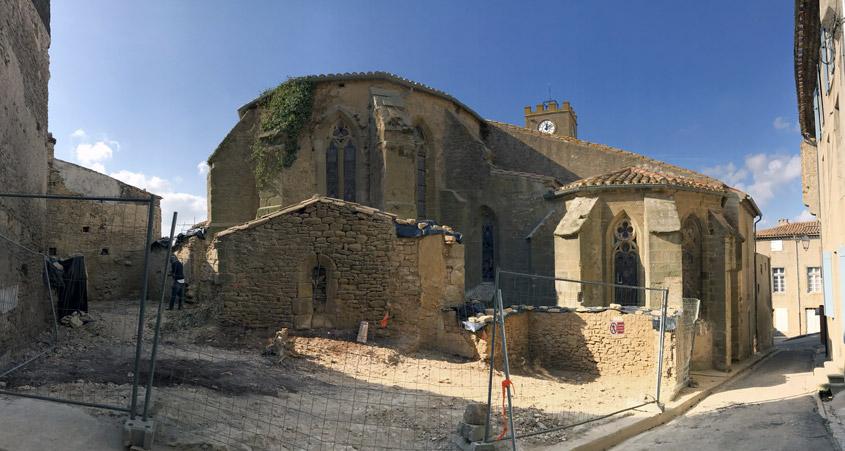 Les travaux de dégagement du chevet de l'église Saint-Michel, propriété communale, se terminent à Conques-sur-Orbiel (11) afin de permettre l'intervention des services d'archéologie préventive au mois de novembre.
